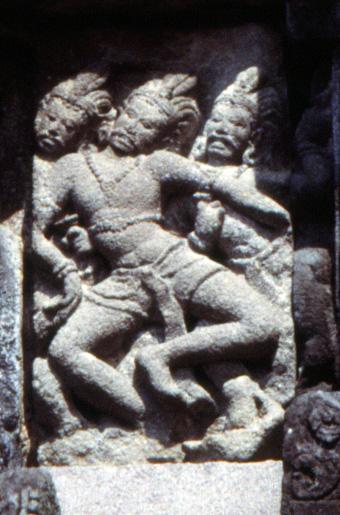 Барельеф на стене храма Прамбанан. Одна из поз карана