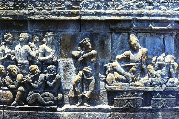 Один из барельефов храма Боробудур. Изображены придворные танцы