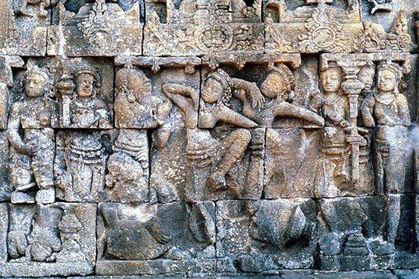Один из барельефов храма Боробудур. Брахманы учат местное население танцам