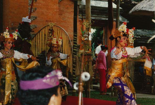 Начало танцевальной постановки гамбу