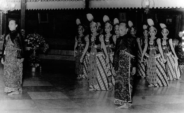 Шествие благородных танцоров бедхайя в кратоне Джокьякарта (начало 20 века)