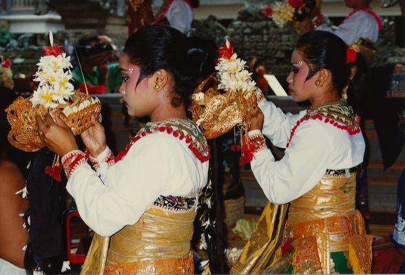 Девушки одевают головные уборы перед храмовым танцем