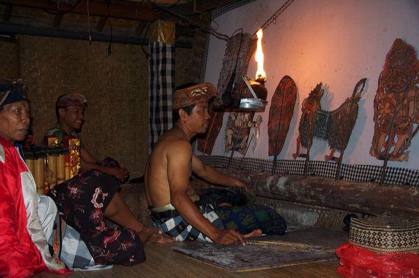Даланг - рассказчик-кукловод в балийском театре теней