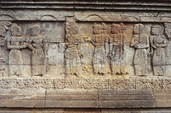 Восточнояванский храмовый барельеф с изображением танцоров