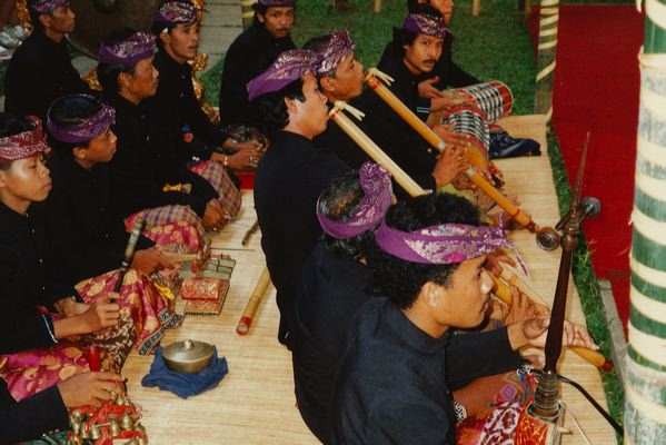 Оркестр гамбу, играющий на длинных бамбуковых флейтах