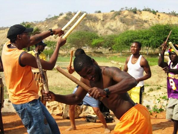 Танцуют люди с мачете