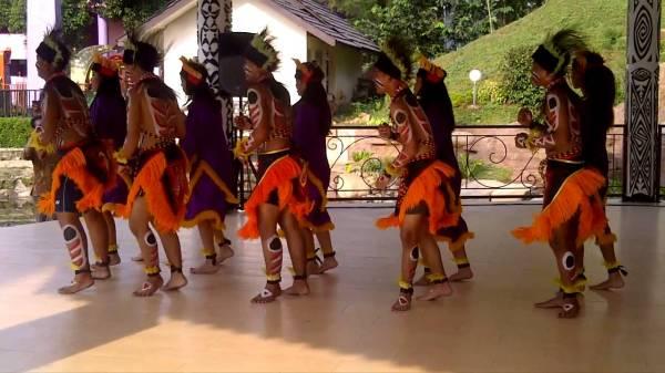 Yospan - танец на фоне индонезийских пейзажей
