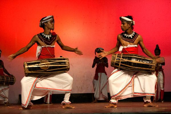 Большинство шри-ланкийских танцев исполняются под аккомпанемент барабана