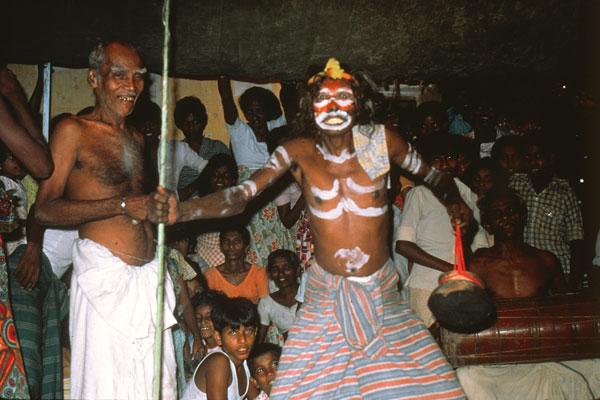 Танцор, изображающий демона, во время ритуала товил