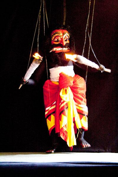 Современная кукольная постановка: демон-танцор