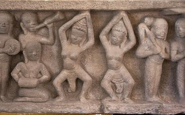 Древний барельеф с танцорами и музыкантами