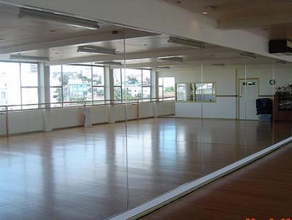 Зеркала - обязательный элемент танцевального зала